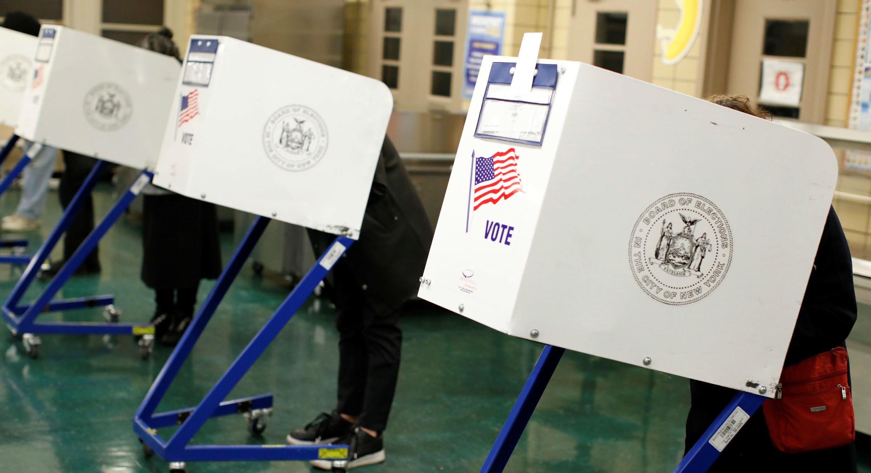 Gente vota en las eleccions de medio término en urnas de Manhattan, Nueva York. 6 de noviembre de 2018.