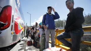Ciudadanos venezolanos viajan en autobús desde Quito con destino a la frontera ecuatoriana con Perú, el miércoles 22 de agosto de 2018.