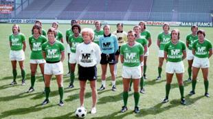 L'ancien entraîneur de Saint-Etienne Robert Herbin entouré de ses joueurs, au stade Geoffroy-Guichard le 1er août 1976