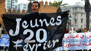 Des manifestants marocains rassemblés dans la capitale Rabat pour exiger des réformes politiques et une nouvelle Constitution, le 27 février 2011.