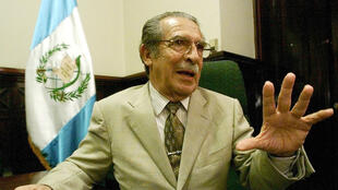 El general golpista retirado, José Efraín Ríos Montt, respondiendo a preguntas durante una entrevista con Reuters en su oficina de Ciudad de Guatemal , el 2 de julio de 2002.