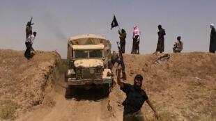 Cette photo de propagande, publié par l'EI sur Twitter le 11 juin 2014, montre des combattants de l'organisation jihadiste à la frontière irako-syrienne.