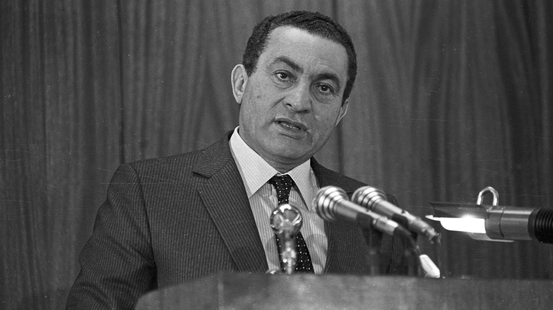 Hosni Mubarak da un discurso en la Academia de Policía de El Cairo el 24 de enero de 1985, cuatro años después de su llegada al poder. Imagen de archivo.