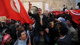 En janvier 2011, des Tunisiens manifestent dans la région de Sidi Bouzid, d'où est partie la révolution de jasmin