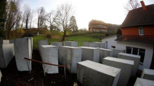 Monumento construido junto a la casa del político de extrema derecha Bjoern Hoecke.