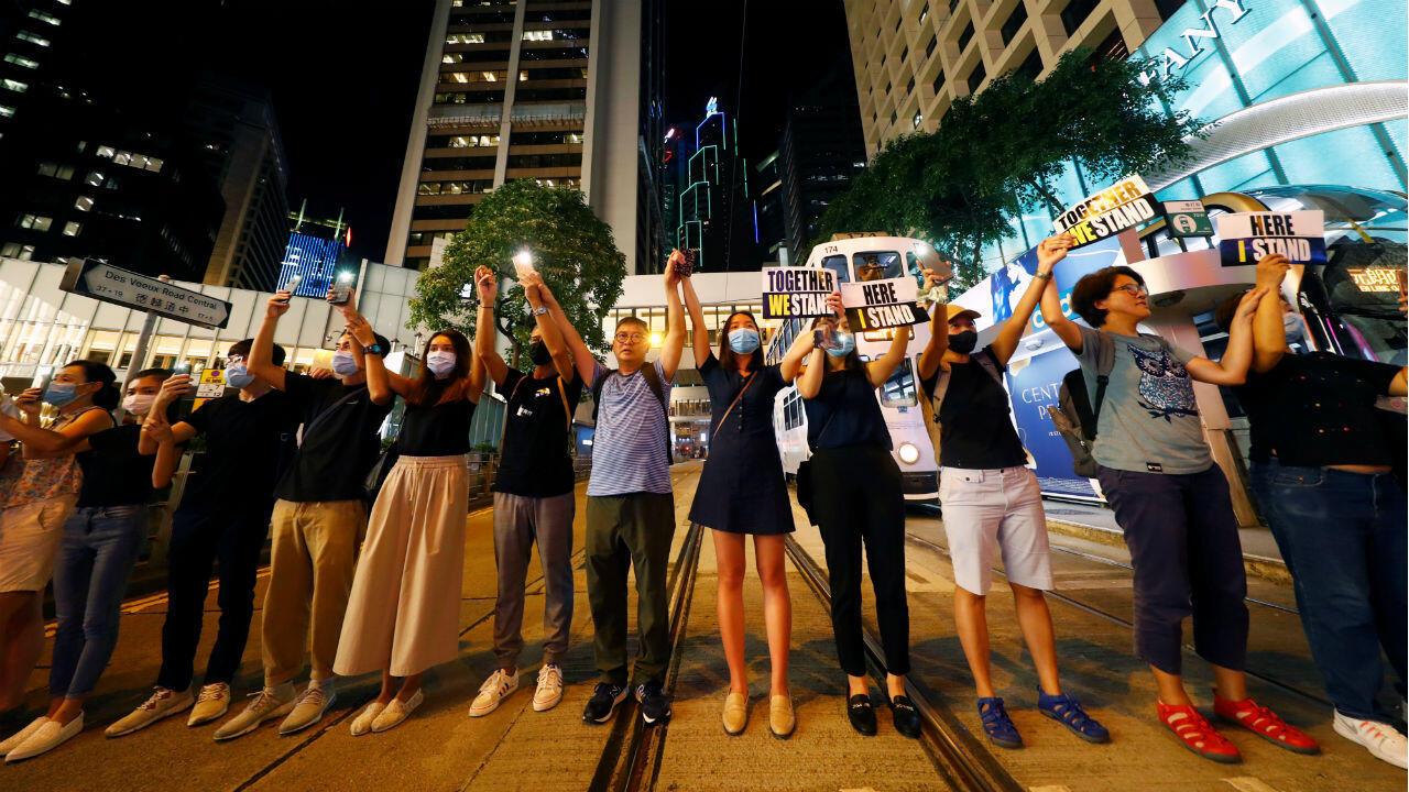 Los manifestantes se toman de la mano para formar una cadena humana durante una manifestación para pedir reformas políticas en el distrito central de Hong Kong , China, el 23 de agosto de 2019.