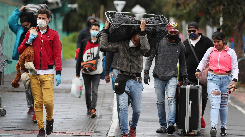 Los migrantes venezolanos parten a pie hacia la frontera venezolana, con el objetivo de abandonar Colombia después de un bloqueo ordenado por el gobierno en un esfuerzo por prevenir la propagación del nuevo coronavirus, en Bogotá, Colombia, el lunes 6 de abril de 2020.