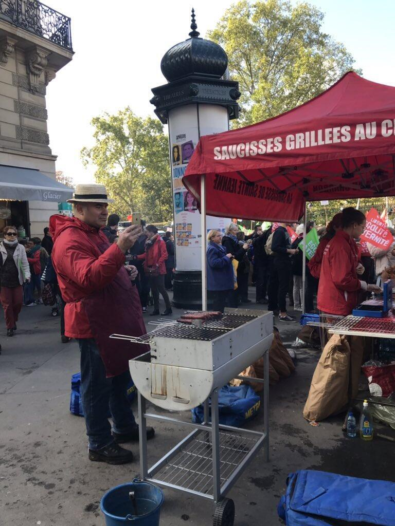 Hot dogs and music added a carnival-like atmosphere to Sunday's demonstration. Photo: Louise Nordstrom, FRANCE 24