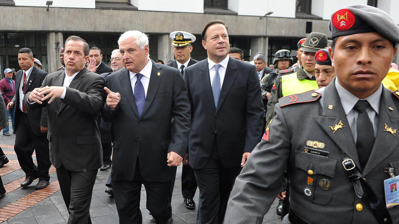 Archivo: En el centro, el entonces presidente panameño Ricardo Martinelli y el otrora canciller Juan Carlos Varela llegan al palacio presidencial Carondelet en Quito el 13 de mayo de 2011. Ambos expresidentes enfrentan a la Justicia de su país.