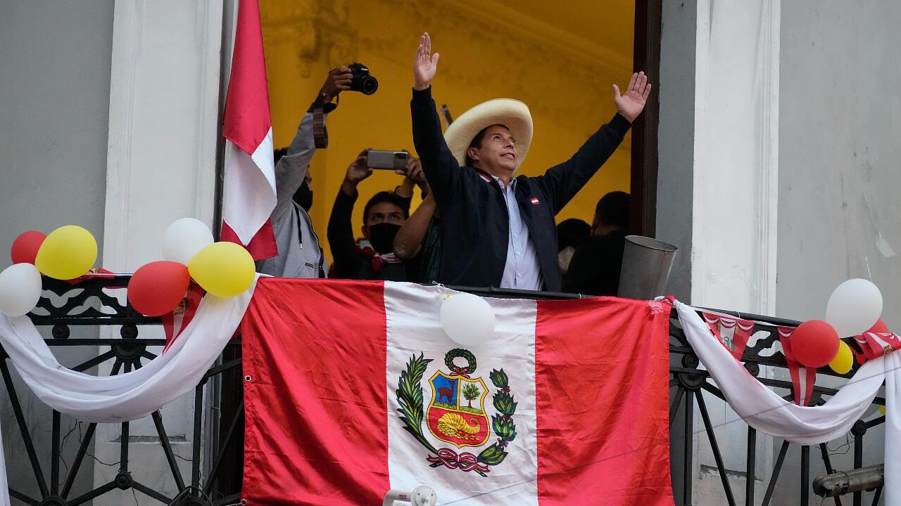El candidato presidencial Pedro Castillo saluda a los partidarios que celebran los resultados parciales de las elecciones que lo muestran liderando a Keiko Fujimori, en la sede de su campaña en Lima, Perú, el lunes 7 de junio de 2021.
