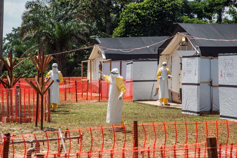 Des agents sanitaires près de Mbandaka, en RDC, en juin 2018 pendant l'épidémie du virus Ebola.