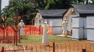Des agents sanitaires près de Mbandaka, en RDC, en juin 2018 pendant l'épidémie du virus Ebola