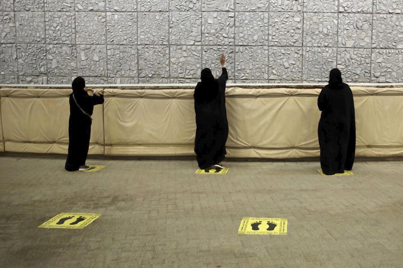Les pèlerins musulmans jetant symboliquement des pierres sur un mur de lapidation, dernier rite du hajj annuel et le premier jour de l'Aïd al-Adha, tout en conservant les distances sociales pour se protéger contre le coronavirus à Mina près de la ville sainte de La Mecque, Arabie Saoudite, vendredi 31 juillet 2020.