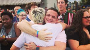 Sarah Cunningham en train de faire un câlin à un jeune lors d'une gay pride aux États-Unis.