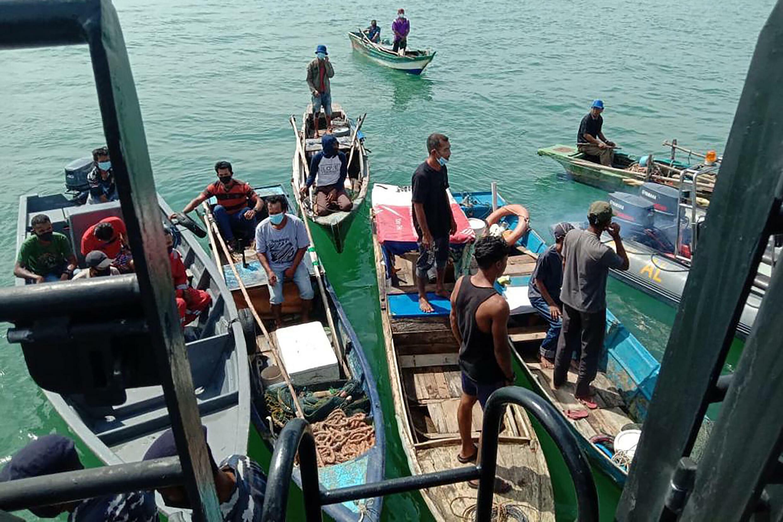 Beberapa nelayan Indonesia menghabiskan waktu berminggu-minggu atau bahkan berbulan-bulan di lepas pantai