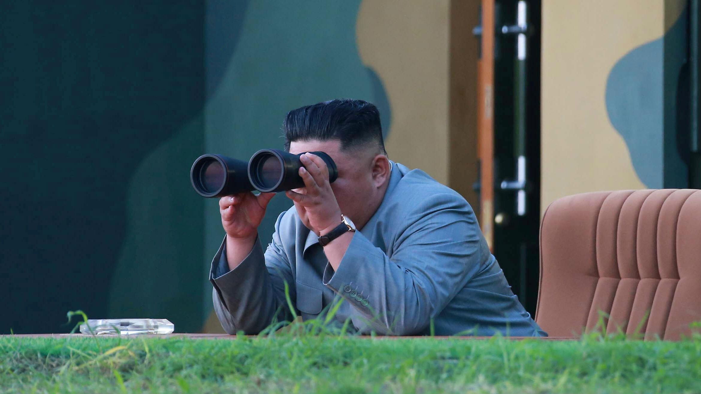 El líder norcoreano, Kim Jong Un, observa el lanzamiento de prueba de dos misiles balísticos de corto alcance el jueves, en esta imagen sin fecha publicada por la Agencia Central de Noticias de Corea del Norte (KCNA) el 26 de julio de 2019.