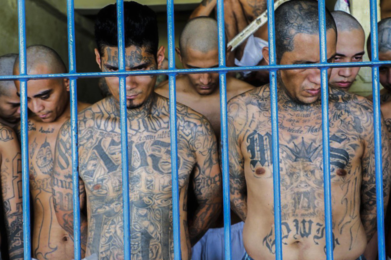 Imagen de reclusos en la prisión de Izalco, al noroeste de San Salvador, durante una operación de seguridad divulgada el 26 de abril de 2020 por la presidencia salvadoreña.