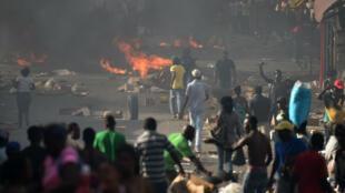 Ciudadanos construyen barricadas para protestar por el alza en los precios del combustible. Puerto Príncipe. 6 de julio de 2018.