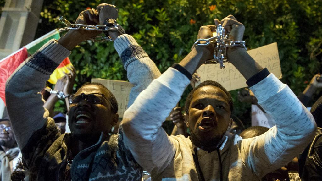 Manifestantes protestaron en contra de la trata de inmigrantes al frente de la embajada de Libia en Rabat, Marruecos, el 23 de noviembre del 2017.