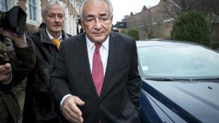DSK en chemin vers le tribunal de Lille pour sa troisieme journée d'audition.