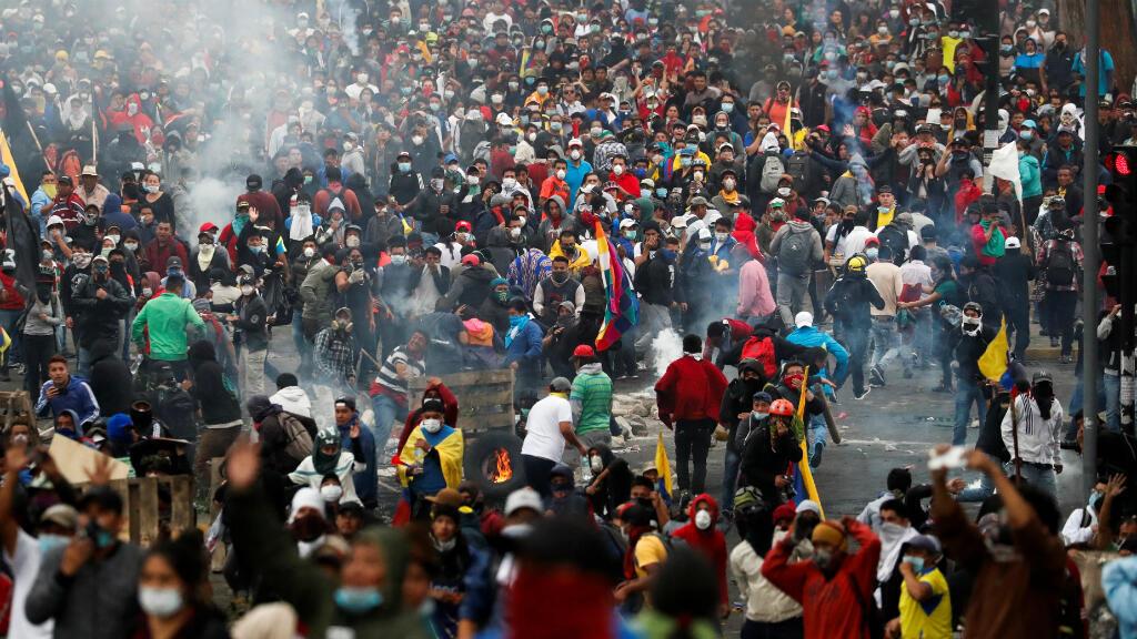 Los manifestantes participan en una fuerte protesta contra las medidas de austeridad del presidente de Ecuador , Lenín Moreno, en Quito, Ecuador, el 11 de octubre de 2019.