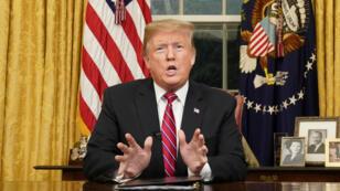 El presidente de Estados Unidos, Donald Trump, pronuncia un discurso televisado al país sobre la inmigración ilegal y el muro fronterizo desde su escritorio en el despacho oval. Washington DC, EE. UU., 8 de enero de 2019.