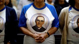 Una mujer vestida con una camiseta del fallecido arzobispo de San Salvador, Monseñor Óscar Arnulfo Romero , quien será declarado santo por la Iglesia Católica el 14 de octubre, participa en una misa en la Catedral Metropolitana de San Salvador, El Salvador, 7 de octubre de 2018.