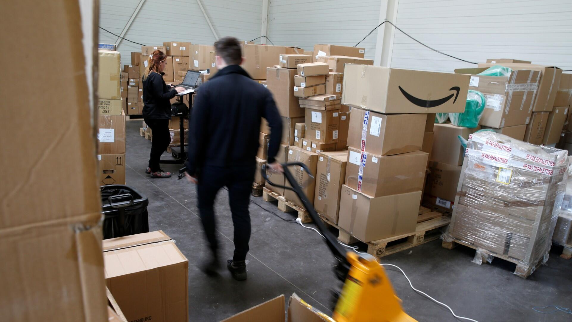 Un empleado prepara un pedido para Amazon en el almacén de Porona en Bruay-sur-l'Escaut, cerca de Valenciennes, Francia, 22 de abril de 2020. Fotografía tomada, 22 de abril de 2020.