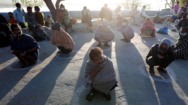 Personas sin hogar en el distanciamiento social mientras esperan la comida durante un encierro nacional de 21 días para frenar la propagación de la enfermedad coronavirus (COVID-19) en Nueva Delhi, India, el 3 de abril de 2020.
