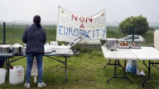 Une opposante au mégacomplexe Europacity à Gonesse, près de Paris, le 19 mai 2019.
