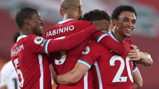 لاعبو ليفربول يحتفلون بهدف البرتغالي ديوغو جوتا في مرمى ارسنال في الدوري الانكيلزي لكرة القدم على ملعب انفيلد في 28 ايلول/سبتمبر 2020