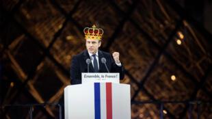Montage d'une photo d'Emmanuel Macron au Louvre le 7 mai 2017 et d'une couronne.