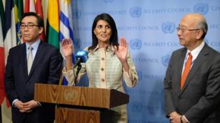 L'ambassadrice américaine à l'ONU Nikki Haley entourée de ses homologues japonais et sud-coréen, mardi 16 mai 2017.