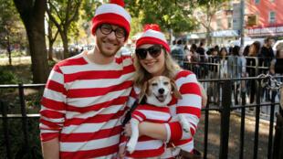 Pareja con mascota en concurso de disfraces en Nueva York.