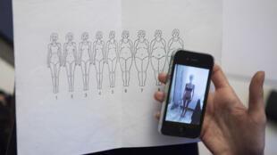 Chloé, une jeune femme de 24 ans qui se bat contre l'anorexie, est suivie au centre de soin parisien SOS Anor. Dans cet exercice, on lui demande de se situer sur ce nuancier de silhouettes.