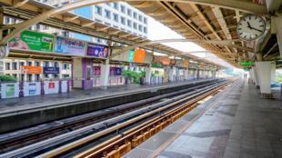 Une station du métro de Bangkok vide en pleine journée en raison des mesures de confinement imposées pour lutter contre la résurgence du Covid-19.