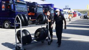 Unos mecánicos empujan un carro con neumáticos el 14 de julio de 2020 en el circuito español de Jerez de la Frontera