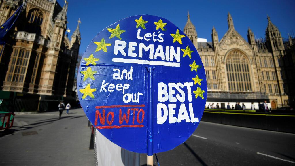 Un cartel anti-Brexit se ve fuera de las Casas del Parlamento en Londres, Reino Unido, el 25 de febrero de 2019.
