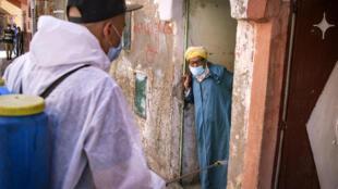Désinfection d'une rue dans la ville portuaire sud de Safi au Maroc, le 9 juin 2020