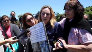 Jessica Gopar, esposa de Fernando Santilli, uno de los 44 tripulantes del submarino desaparecido en el mar ARA San Juan, reacciona junto con sus familiares cuando llegan a una base naval argentina en Mar del Plata, Argentina 23 de noviembre de 2017.