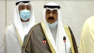 ولي العهد الكويتي الشيخ مشعل الأحمد الجابر الصباح يؤدي اليمين الدستورية في البرلمان. مدينة الكويت في 8 أكتوبر/تشرين الأول 2020.