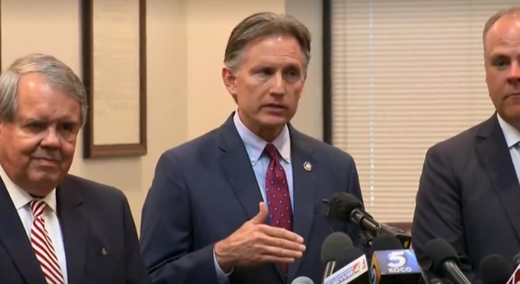 El fiscal de Oklahoma, Estados Unidos, Mike Hunter, durante una rueda de prensa, el 26 de agosto de 2019, tras conocerse el fallo de un juez con relación a Johnson & Johnson y la crisis por opioides.