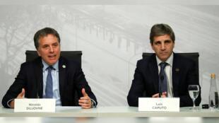 El ministro de Hacienda de Argentina, Nicolás Dujovne y el presidente del Banco Central, Luis Caputo, durante una conferencia de prensa del G-20 en Buenos Aires, Argentina, el 22 de julio de 2018.