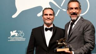 El actor Joaquin Phoenix (izq.) junto al director de 'Joker', Todd Phillips, ganadores del León de Oro. 7 de septiembre de 2019.