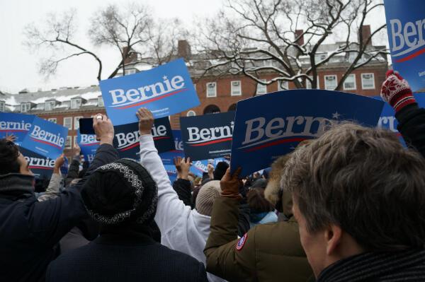 Quelque 3 000 personnes ont bravé le froid pour assister, samedi 2 mars, au premier meeting de Bernie Sanders.