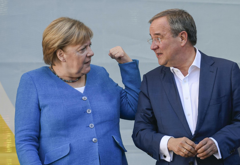 المستشارة الألمانية أنغيلا ميركل إلى جانب المرشح أرمين لاشيت في آخن بتاريخ 25 أيلول/سبتمبر 2021