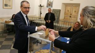 Jean-Guy Talamoni, du parti indépendantiste corse, glisse son bulletin de vote dans l'urne pour les élections territoriales, le 3 décembre 2017 à Bastia.