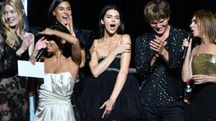 La gala de amfAR en 2019 en Antibes, Francia, con la modelo Kendall Jenner en el centro