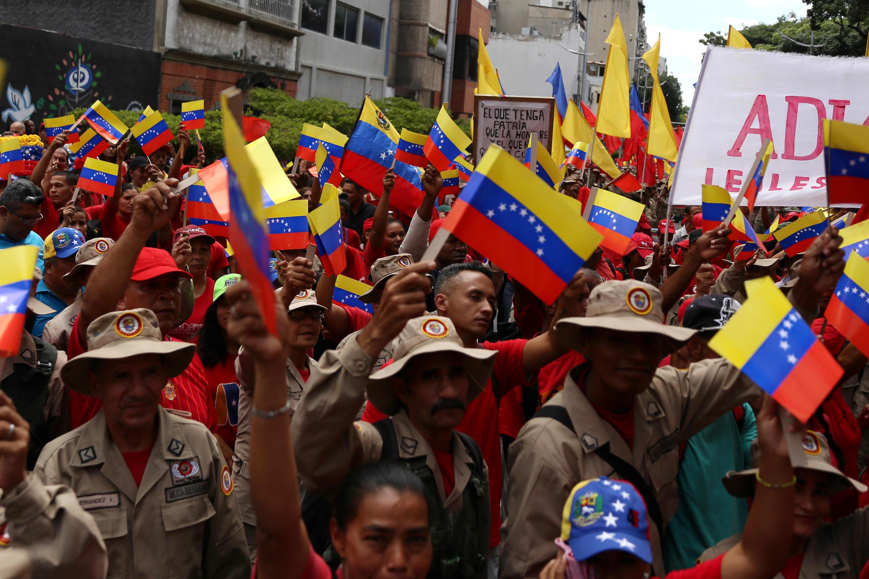 Un manifestante progubernamental se manifiesta contra las sanciones de Estados Unidos en Caracas, el 7 de agosto de 2019.