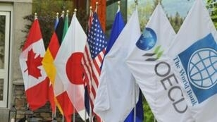 أعلام دول مجموعة السبع عند مدخل المركز الذي يستضيف اجتماع وزراء مالية المجموعة في ويسلر في كندا في 31 أيار/مايو 2018